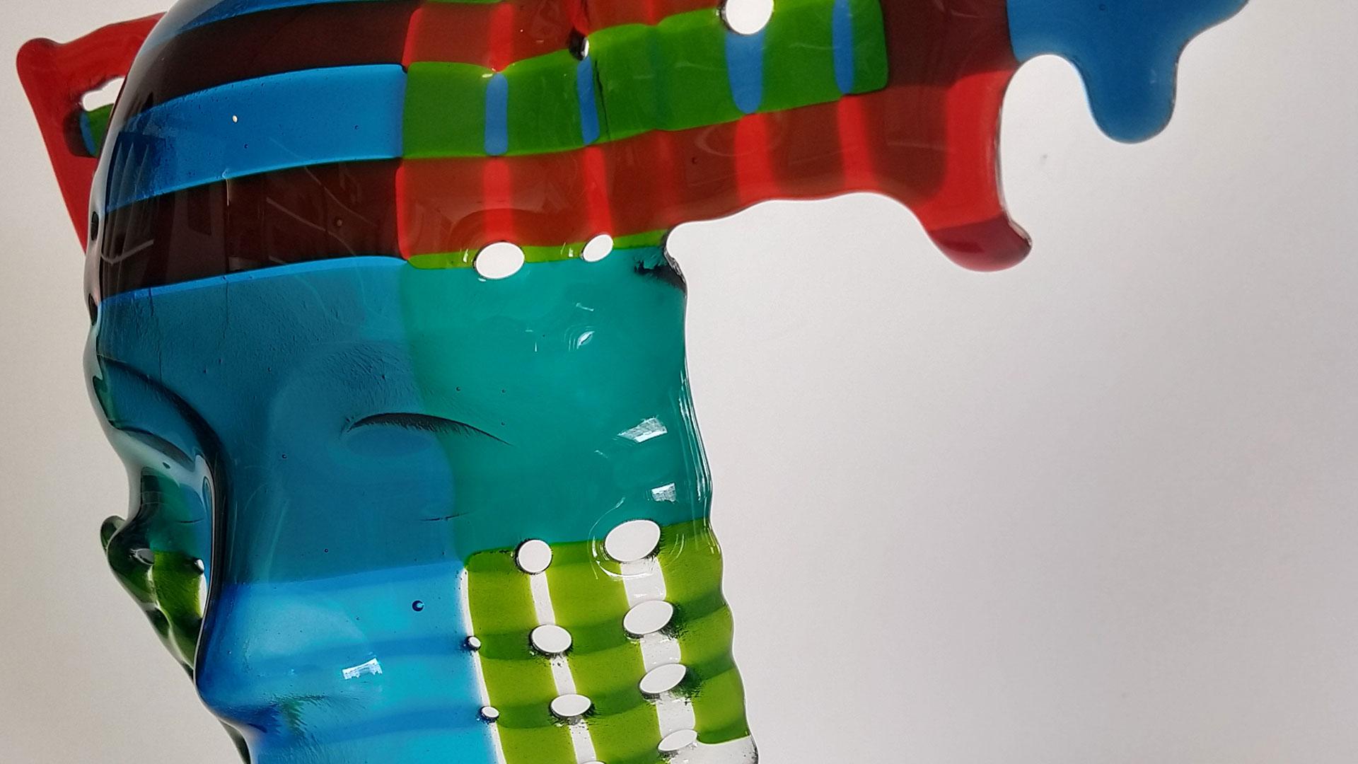 beeld van een glaskunstwerk Checkpoint van Jolanda van Atteveld voor de expositie Schittering aan het water in de Hofboerderij in Wateringen in het Westland